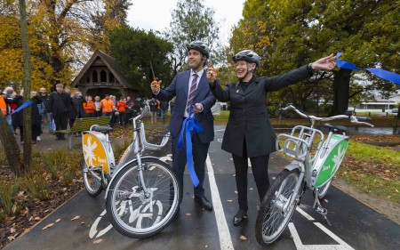 Transport Minister Simon Bridges and Mayor Lianne Dalziel open the cycleway.